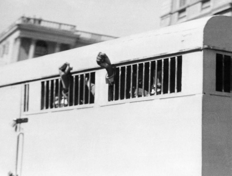 ماندلا در حال انتقال به زندان بعد از صدور حکم حبس ابد
