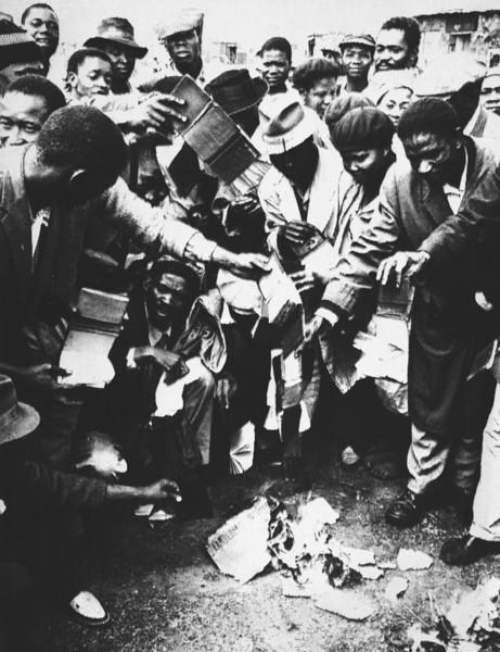 سیاهان در حال سوزاندن گذرنامه دولتی