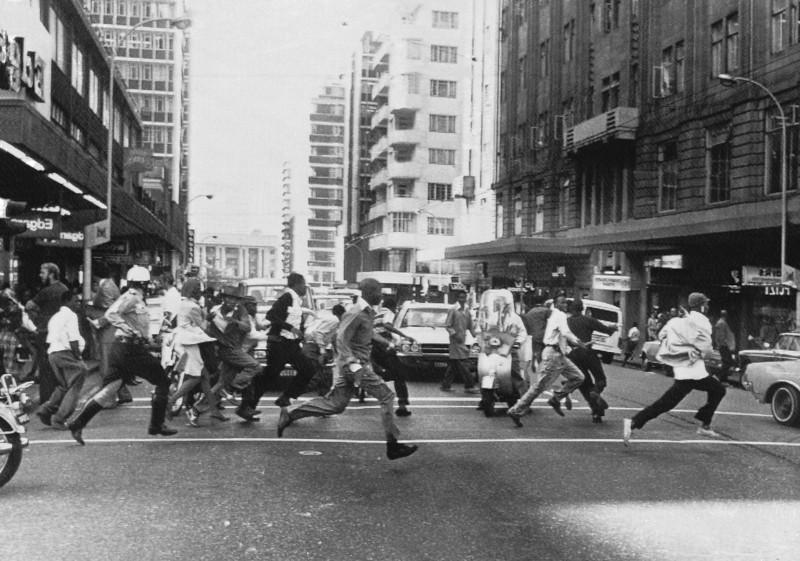 فرار سیاهان معترض از آتش پلیس 1976
