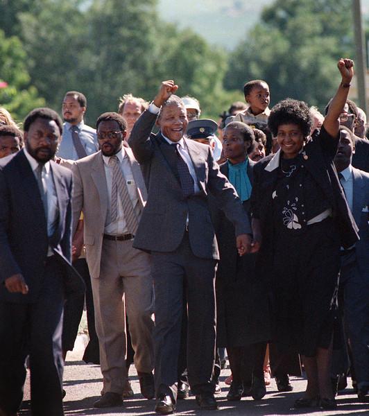 سیاهپوستان با رهبری ماندلا، رژیم آپارتاید را در هم می شکنند