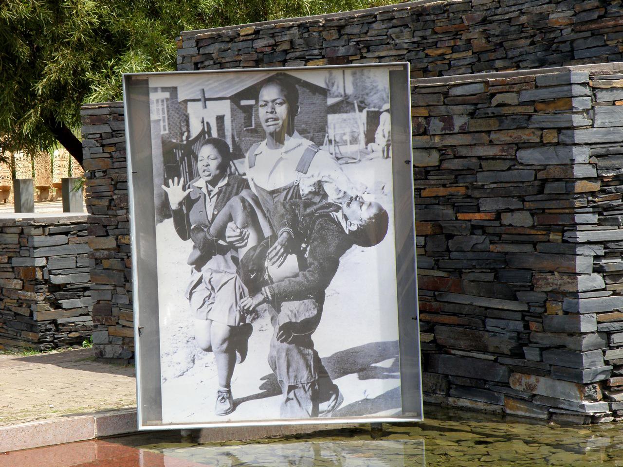 تصویری از موزه آپارتاید برای یادآوری مبارزات و فداکاری به نسل های آینده